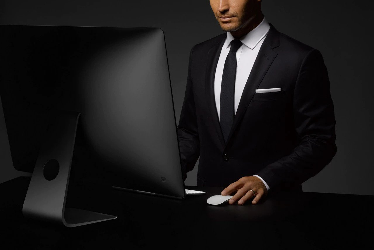 Agent Concierge Lincoln devant un ordinateur.