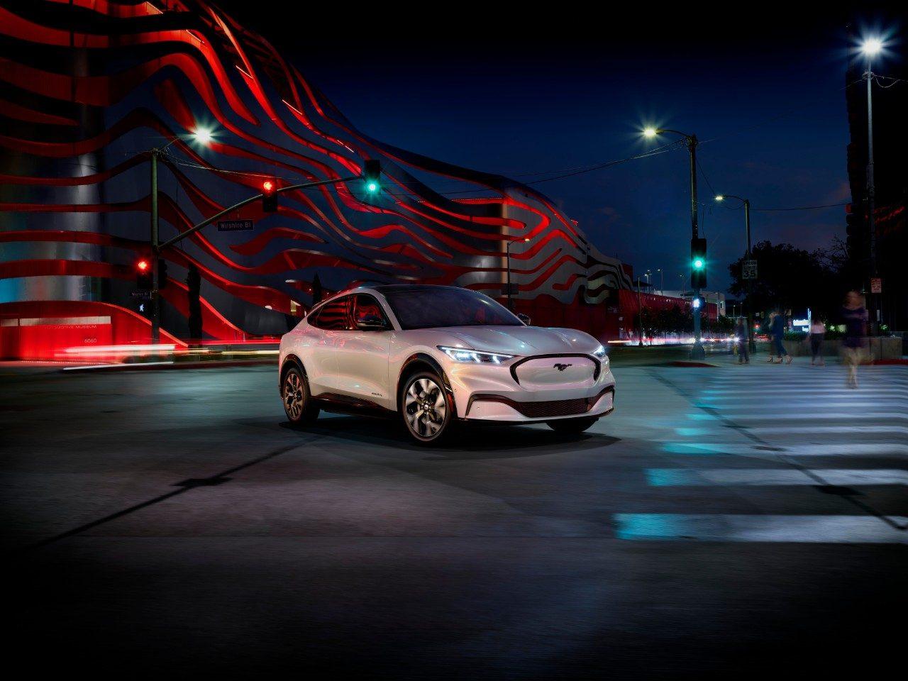 Ford Mustang Mach-E 2021 le soir