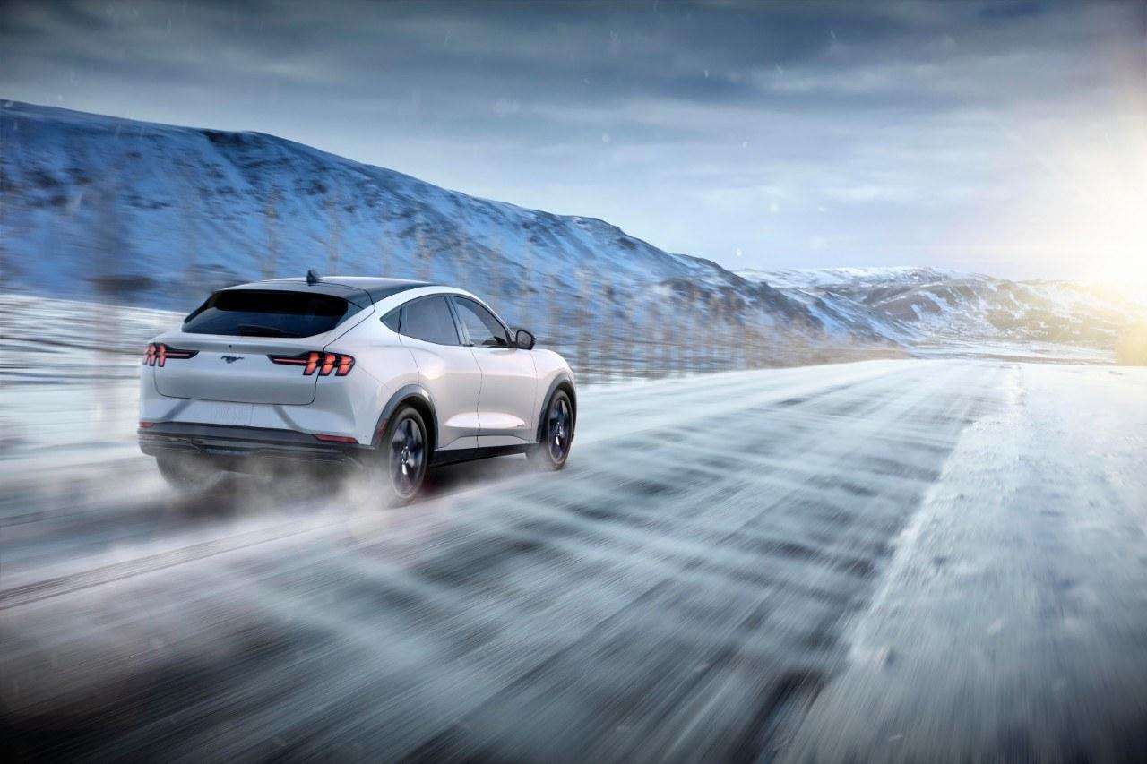Ford Mustang Mach-E 2021 sur une route glacée