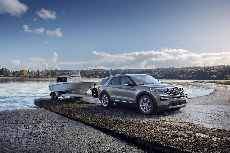 Ford Explorer 2020 remorquant un bateau