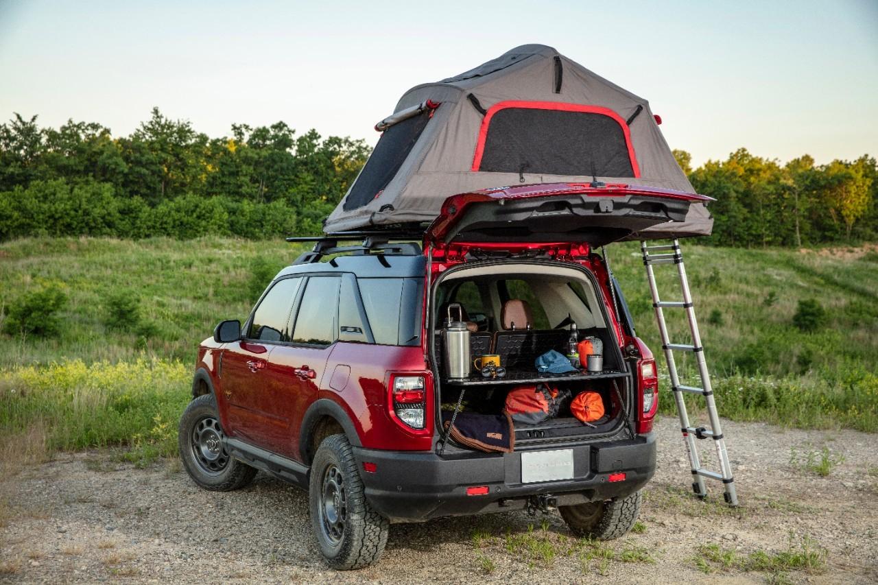 Ford Bronco Sport 2021 avec sa table pratique et son toit supportant une tente