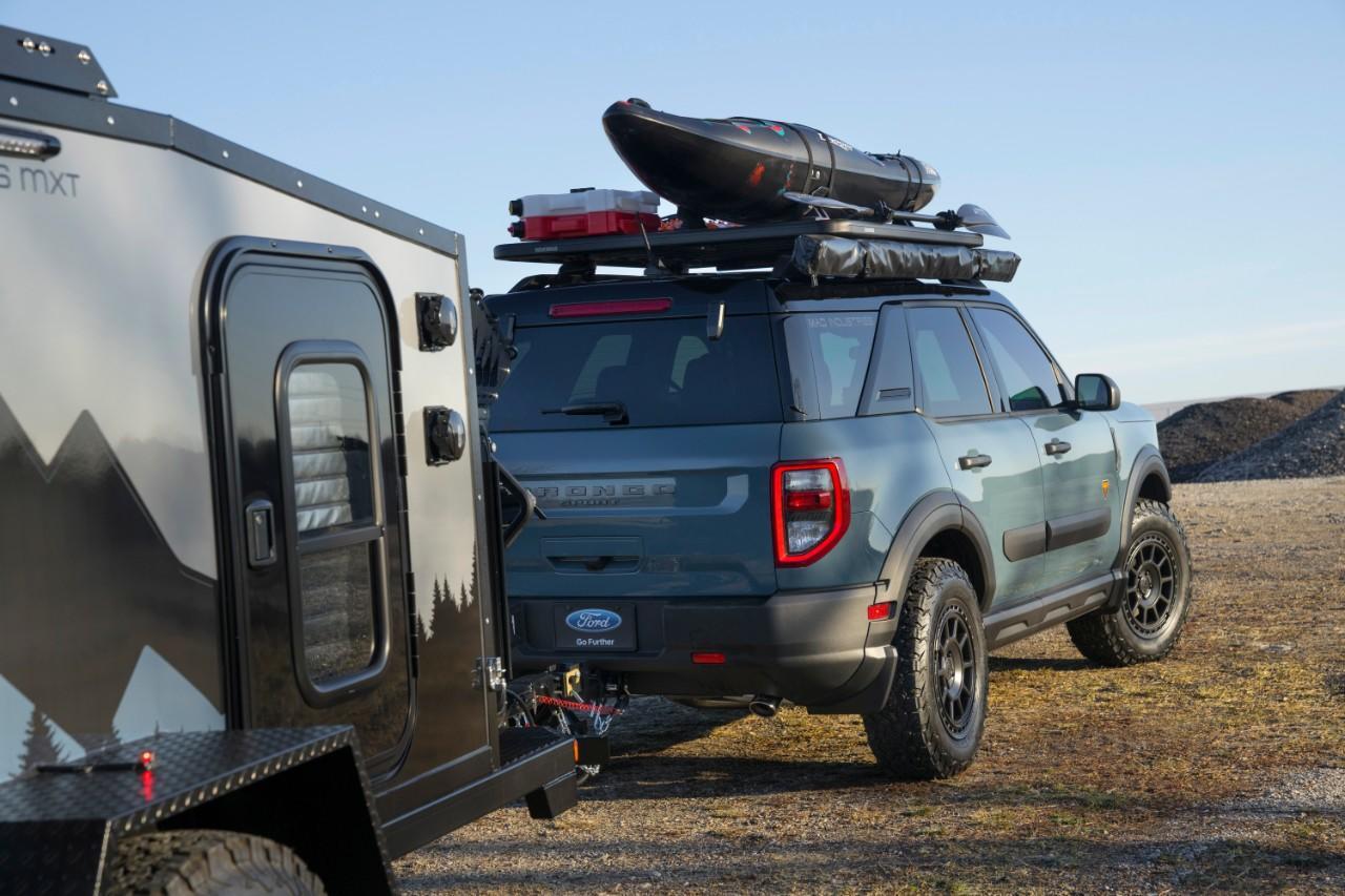 Bronco Sport Badlands tirant une mini-roulotte