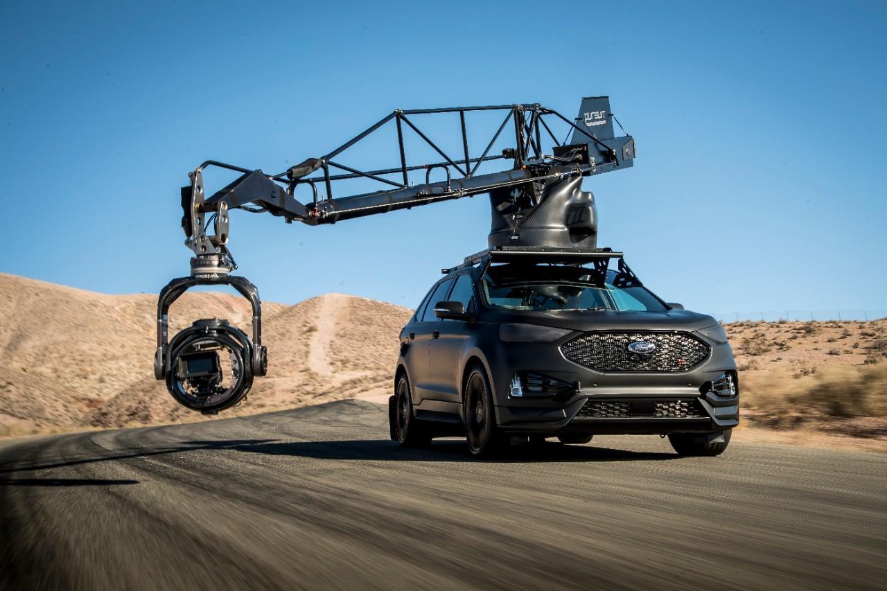 Ford Edge ST noir avec grue de caméra de poursuite haute vitesse