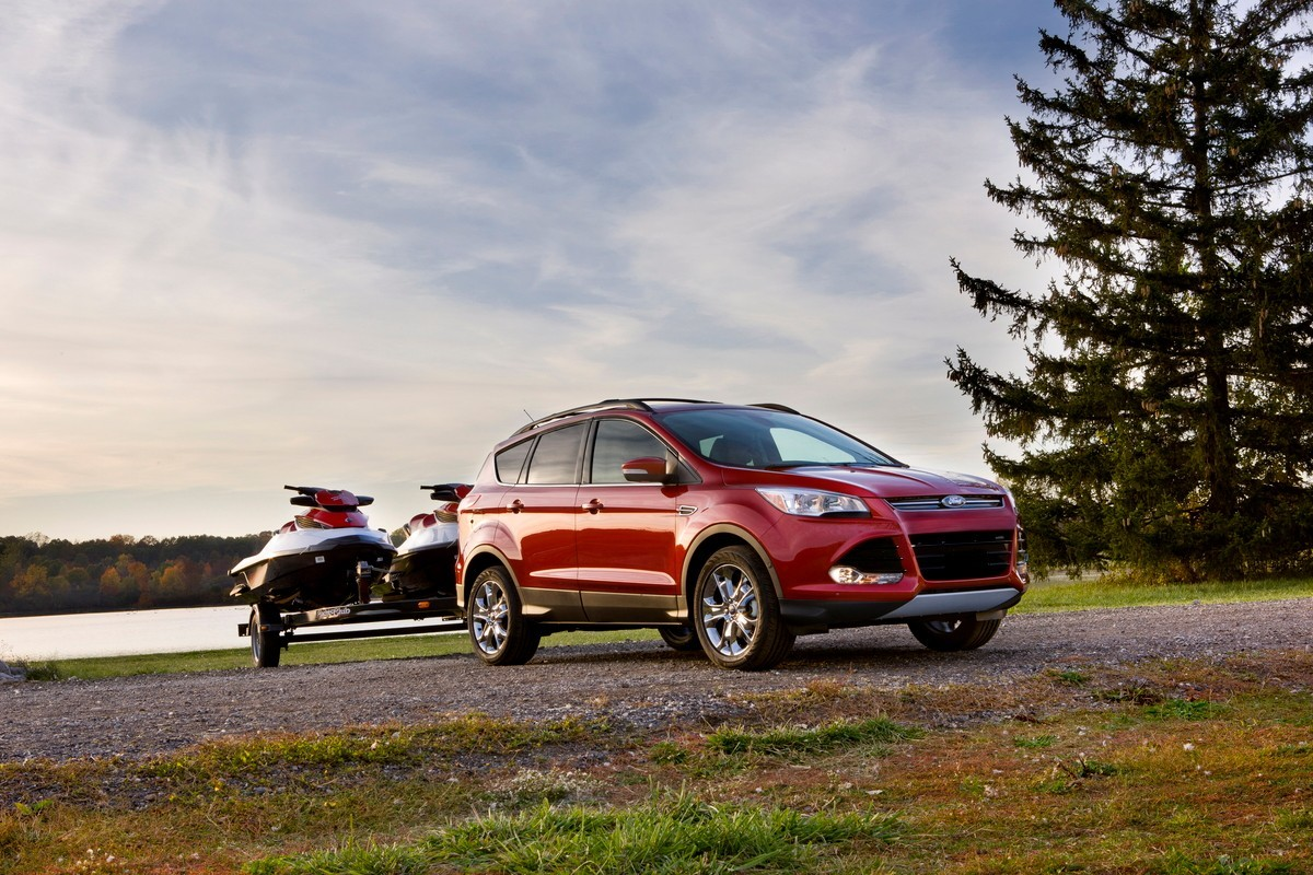 Ford Escape rouge remorquant 2 motomarines