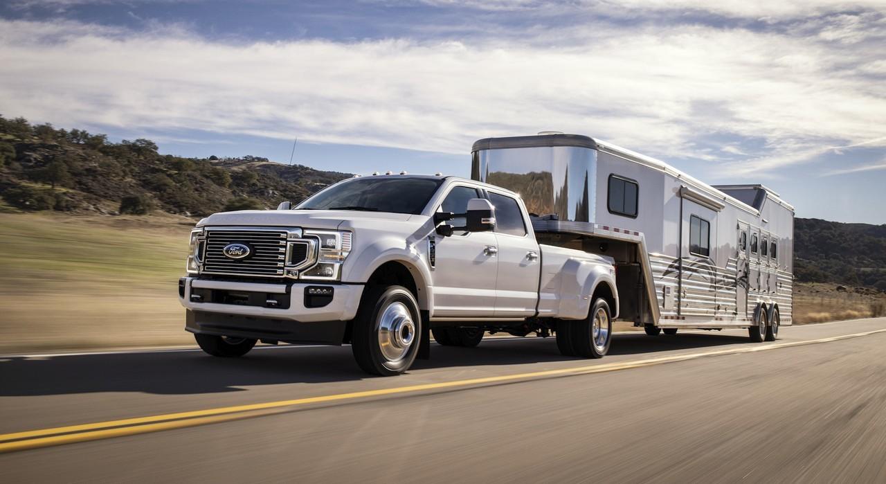 Ford F-450 blanche tirant une grosse caravane à sellette
