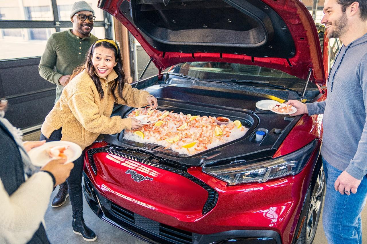 Coffre avant d'un Ford Mustang Mach-E rouge contenant 4,8 pieds cubes d'un coctail de crevettes sur glace