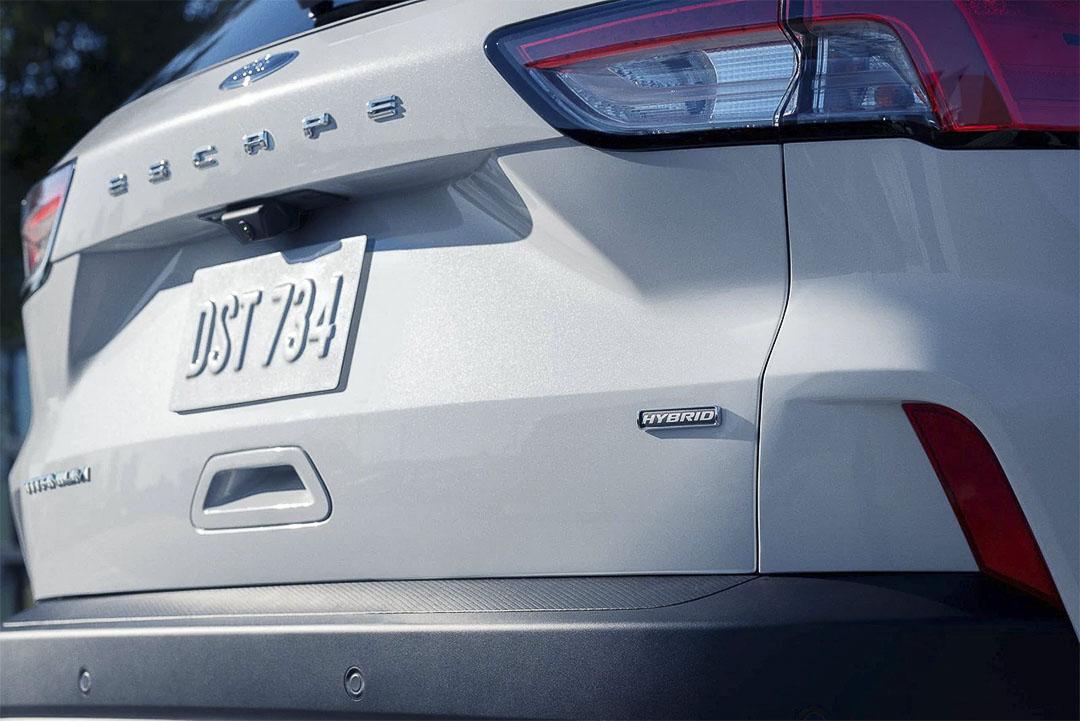 vue rapprochée arrière du Ford Escape hybride rechargeable 2021 avec l'écusson 'Hybrid' et 'Titanium'