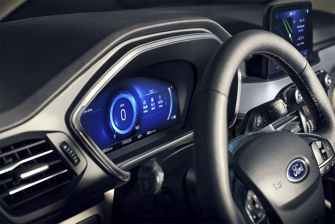 vue rapprochée du volant et du tableau de bord à l'intérieure du Ford Escape hybride rechargeable 2021