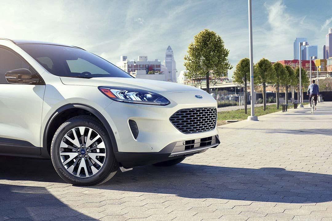 vue latérale avant partielle du Ford Escape hybride rechargeable 2021 stationné