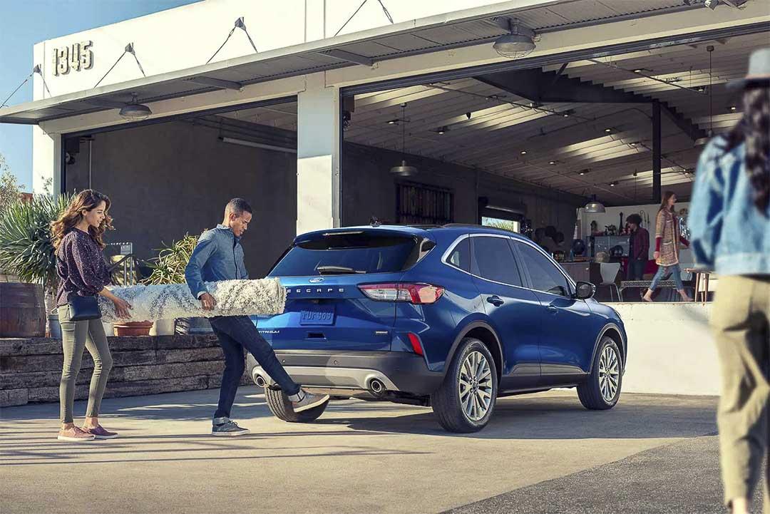 vue trois quart arrière du Ford Escape hybride rechargeable 2021 stationné devant un bâtiment