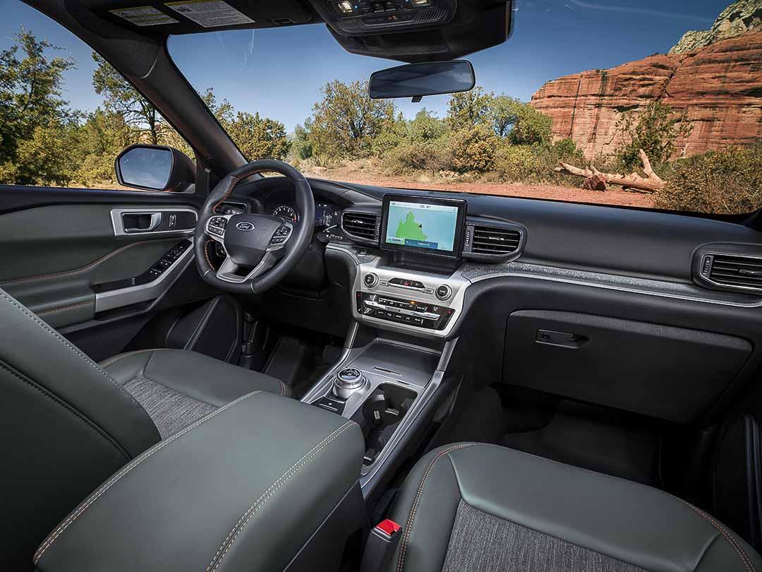 vue intérieure du Ford Explorer Timberline 2021 avec la console centrale et le volant