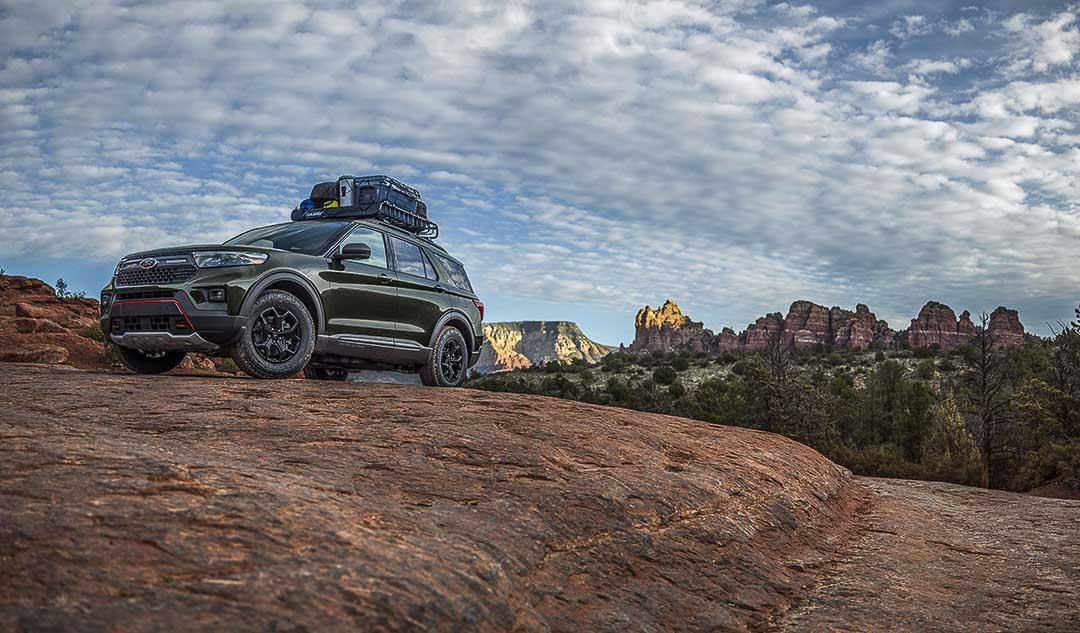 vue trois quart avant du Ford Explorer Timberline 2021 stationné sur un rocher