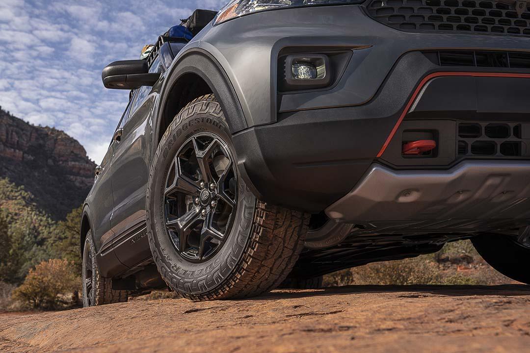 vue rapprochée de l'avant du Ford Explorer Timberline 2021 avec la roue avant et un phare